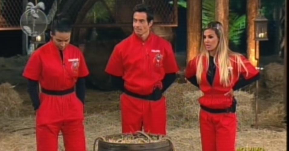 Shayene, Felipe e Robertha se preparam para disputar a prova do fazendeiro (27/6/12)