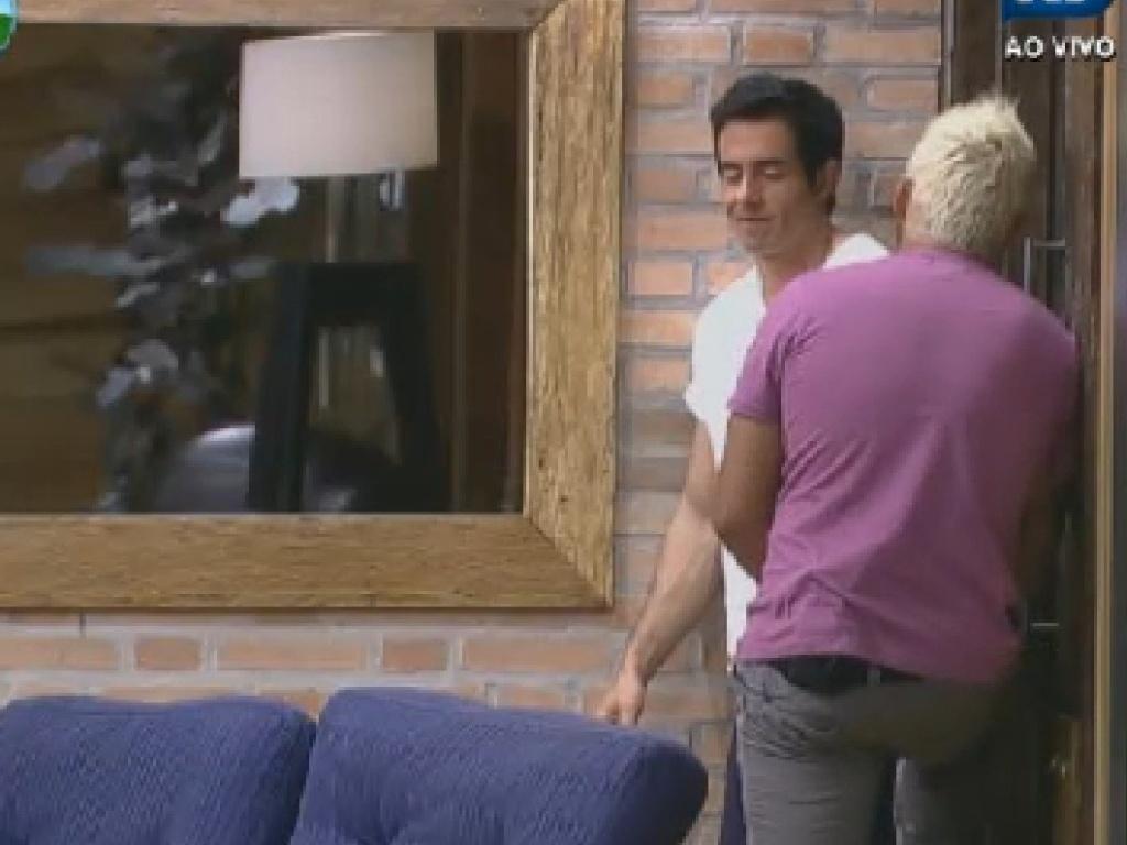 Felipe Folgosi conversa com Rodrigo Capella (costas) na sede (27/6/12)