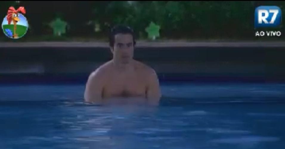 Felipe Folgosi nada na piscina no começo da noite (28/6/12)