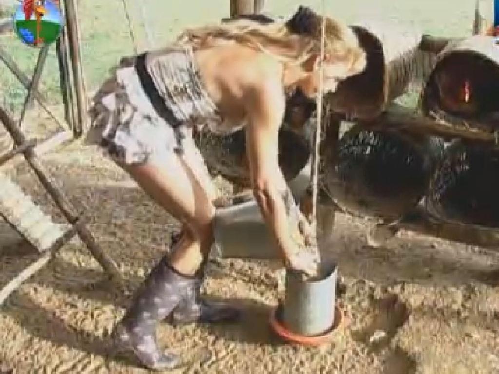 Responsável pelas aves esta semana, Léo Áquilla começa as atividades no galinheiro (28/6/12)