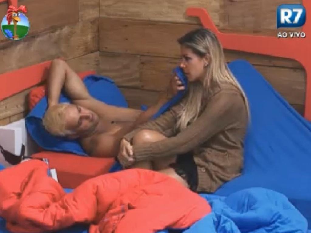 Robertha Portella desabafa sobre briga com Gretchen e é consolada por Rodrigo Capella (28/6/12)