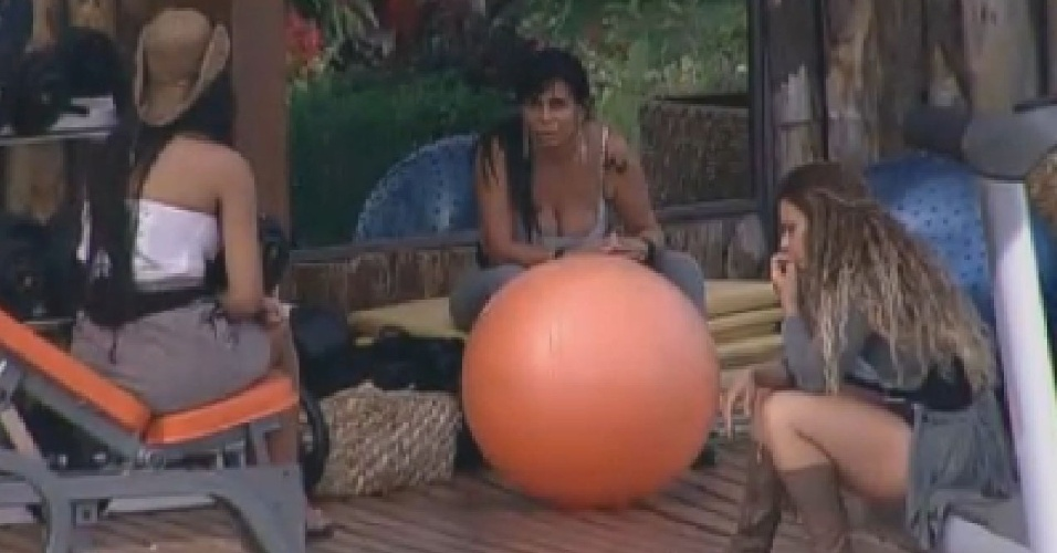 Shayene, Gretchen e Viviane Araújo conversam na academia (28/6/12)
