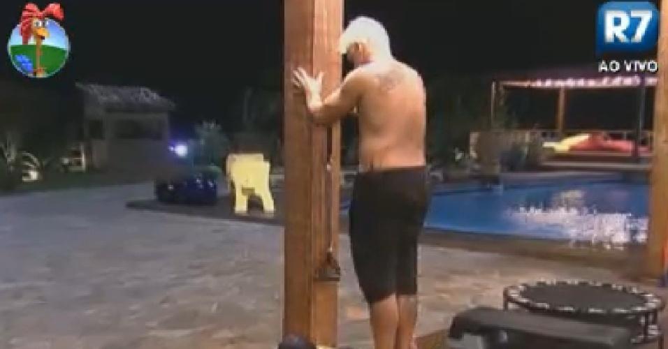 Simone Sampaio faz exercício para os glúteos com ajuda de Rodrigo Capella (28/6/12)