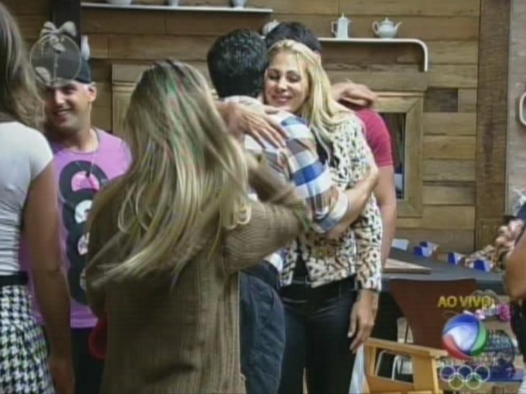 Ângela Bismarchi abraça Felipe Folgosi após ator vencer Shayene Cesário na roça (29/6/12)