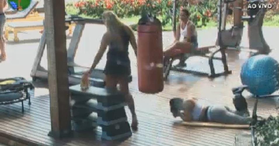 Ângela Bismarchi, Viviane Araújo e Gretchen conversam na academia (29/6/12)