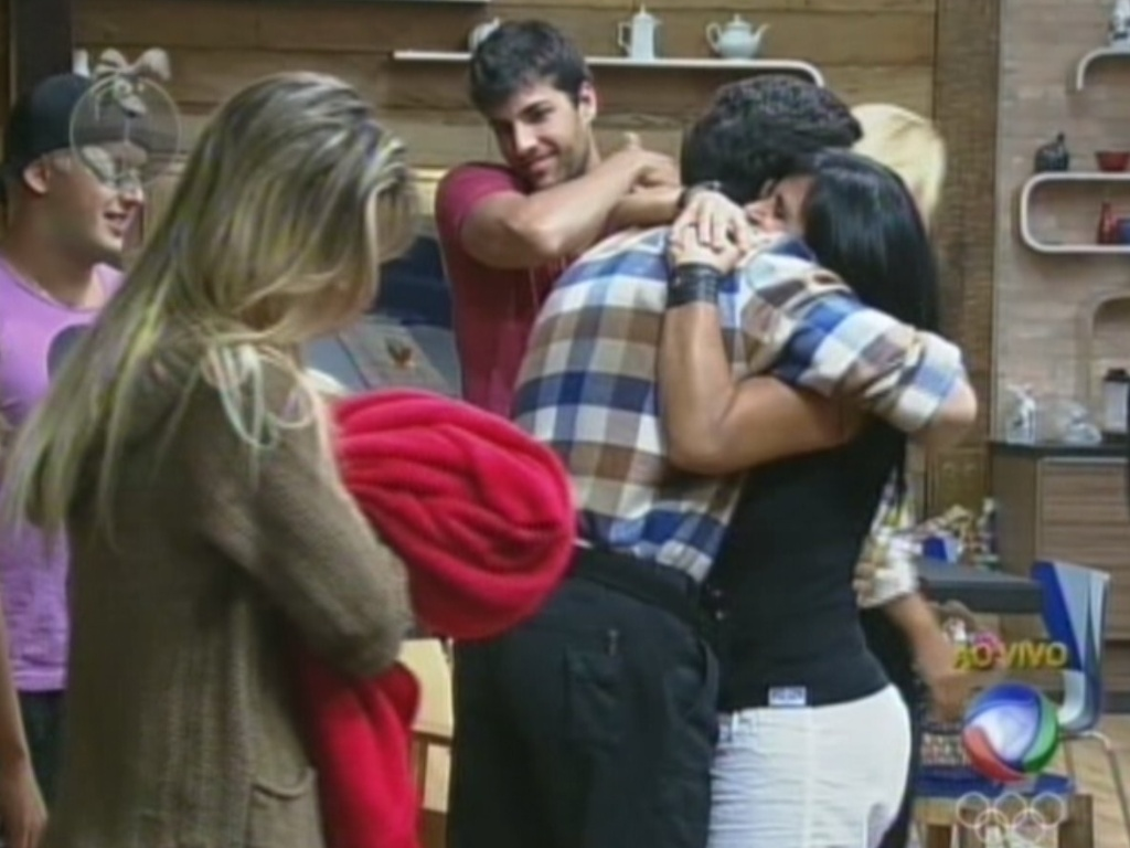 Após vencer Shayene Cesário na roça, Felipe Folgosi recebe o abraço de Gretchen (29/6/12)