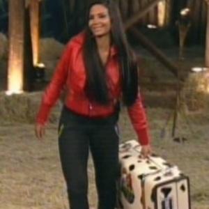 """Eliminada de """"A Fazenda 5"""", Shayene Cesário pega mala e deixa o reality show (29/6/12)"""