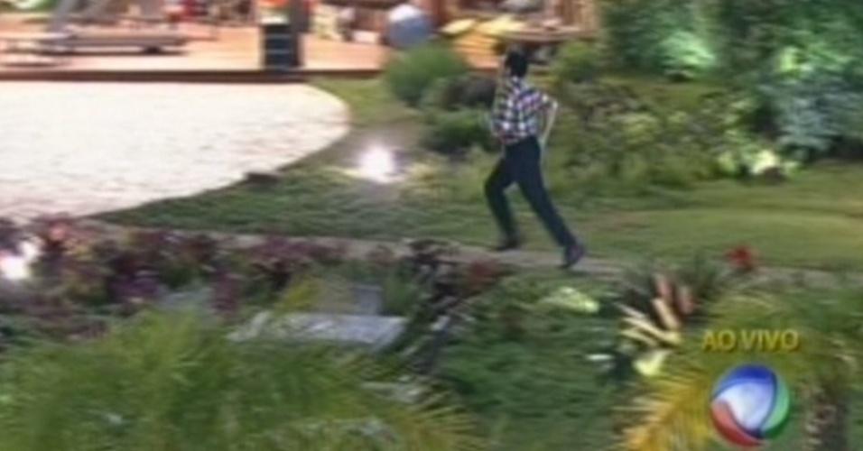Felipe Folgosi volta correndo para a sede após vencer a roça contra Shayene Cesário (29/6/12)