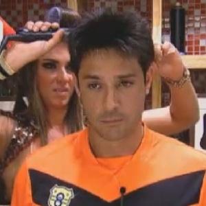 Nicole Bahls passa chapinha no cabelo de Vavá antes da festa desta sexta (29/6/12)