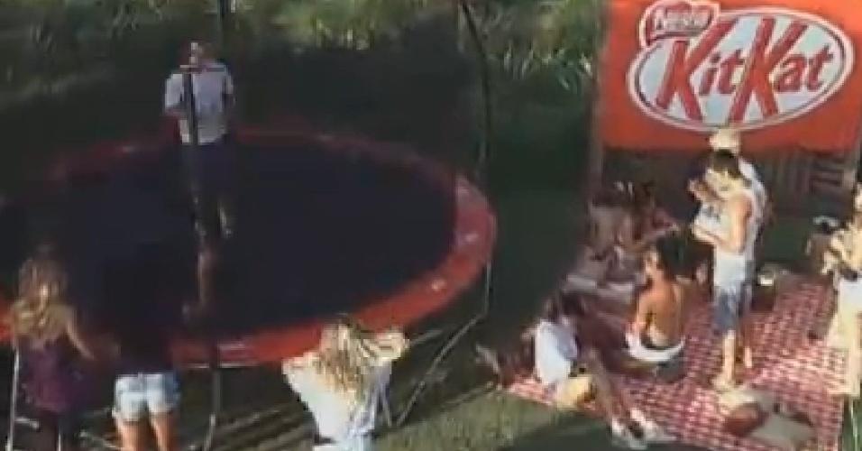 Participantes brincam em cama elástica em atividade do patrocinador do reality show (29/6/12)