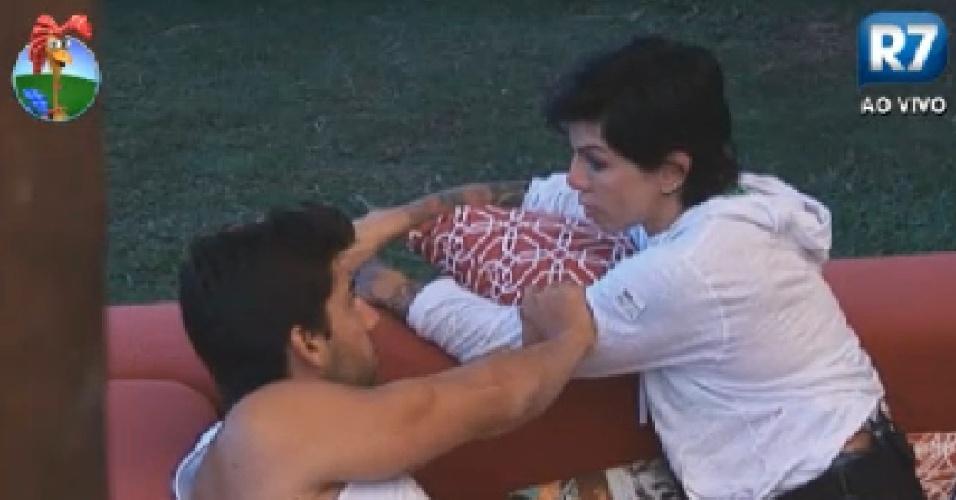 Penélope Nova desabafa e é consolada por Diego Pombo (29/6/12)