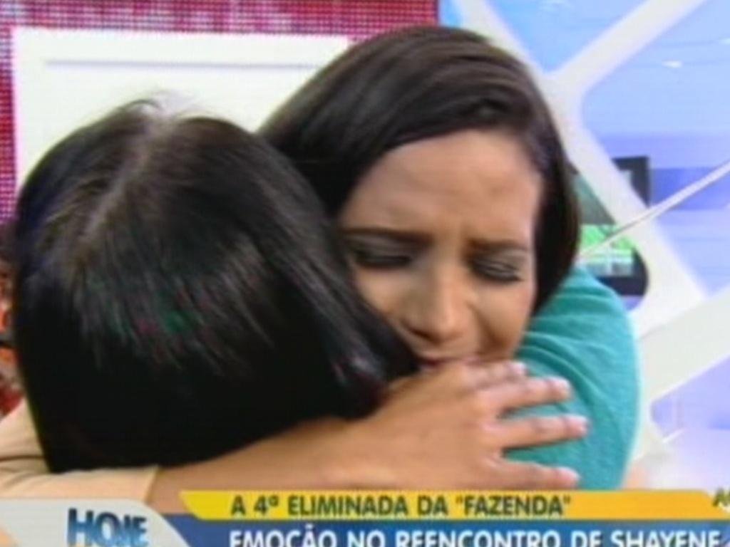 Shayene Cesário abraça a mãe em programa de TV (29/6/12)