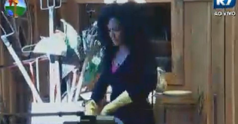 Simone Sampaio lava a louça do café da manhã (29/6/12)