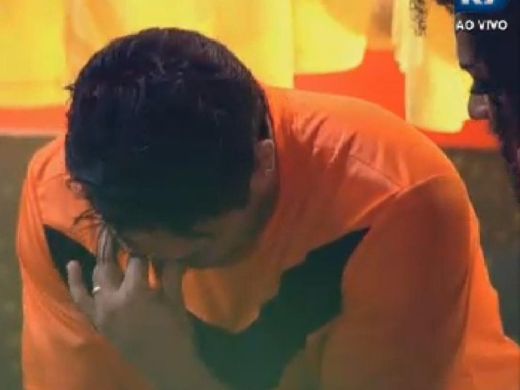 Depois de beber demais, Vavá chora ao saber que deixou Simone Sampaio triste (29/6/12)