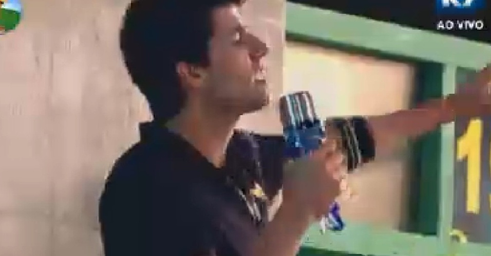 Diego Pombo improvisa microfona para cantar Djavan (22/6/12)