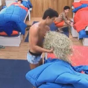 Diego Pombo retira feno de sua cama após brincadeira de peões (26/612)