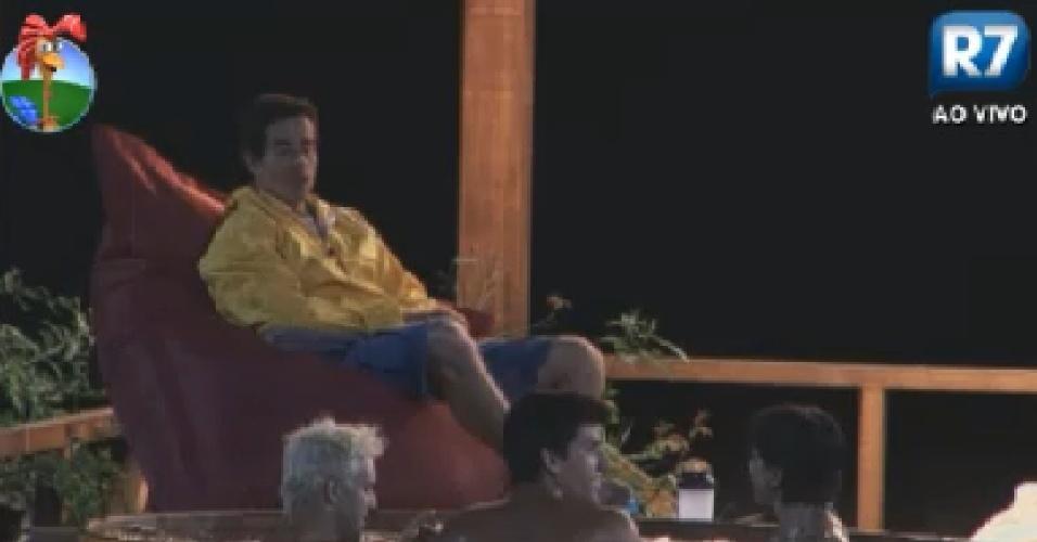 Felipe Folgosi observa Rodrigo, Diego e Penélope no ofurô (30/6/12)