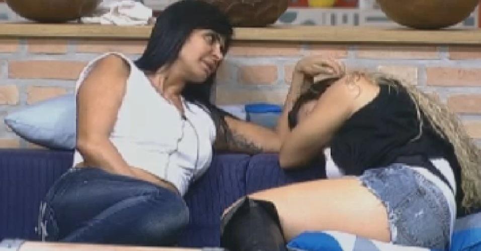 Gretchen faz carinho em Viviane Araújo após saberem que vão para o celeiro (1/7/12)