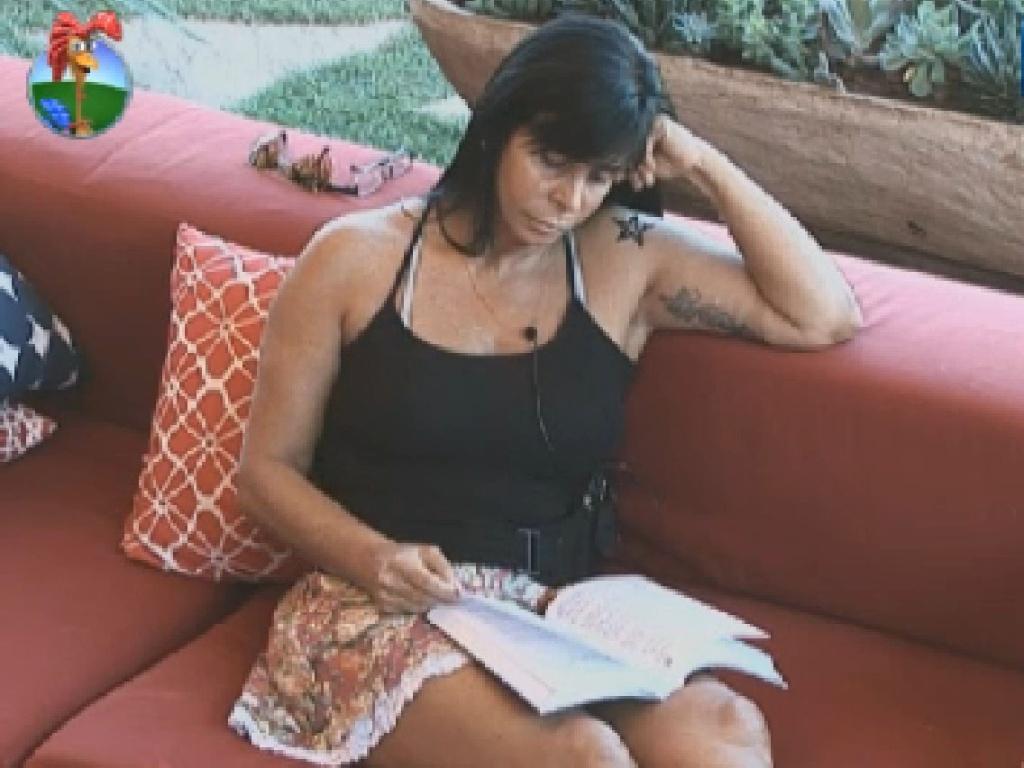 Gretchen lê na varanda (1/7/12)