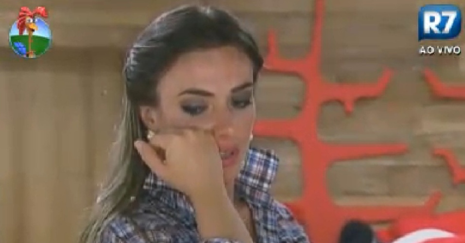 Nicole Bahls chora sozinha no quarto após saber que irá para o celeiro com Viviane Araújo (1/7/12)