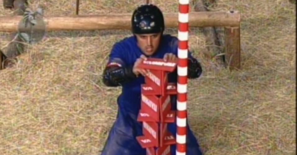 Rodrigo Capella se conccentra para montar torre de cartas na prova da chave (1/7/12)