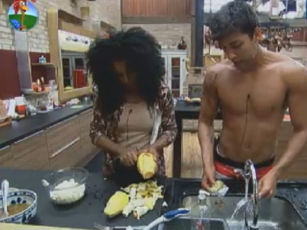 Simone e Diego conversam enquanto preparam o almoço (1/7/12)