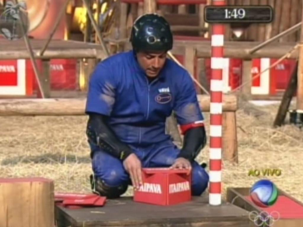 Vavá começa a montar torre de cartas durante prova da chave em