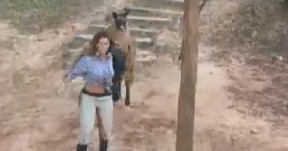 Viviane Araújo foge de Lhama durante descida para o celeiro (1/7/12)