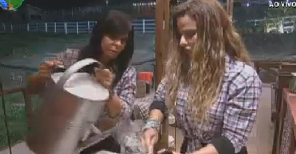 Gretchen (esq.) ajuda Viviane Araújo (dir.) a lavar a louça do celeiro (3/7/12)