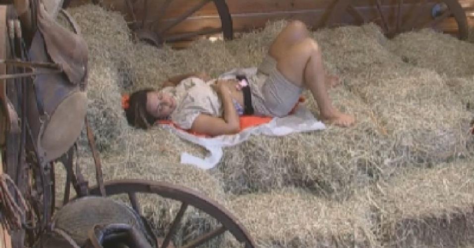 Viviane Araújo descansa no feno do celeiro (3/7/12)