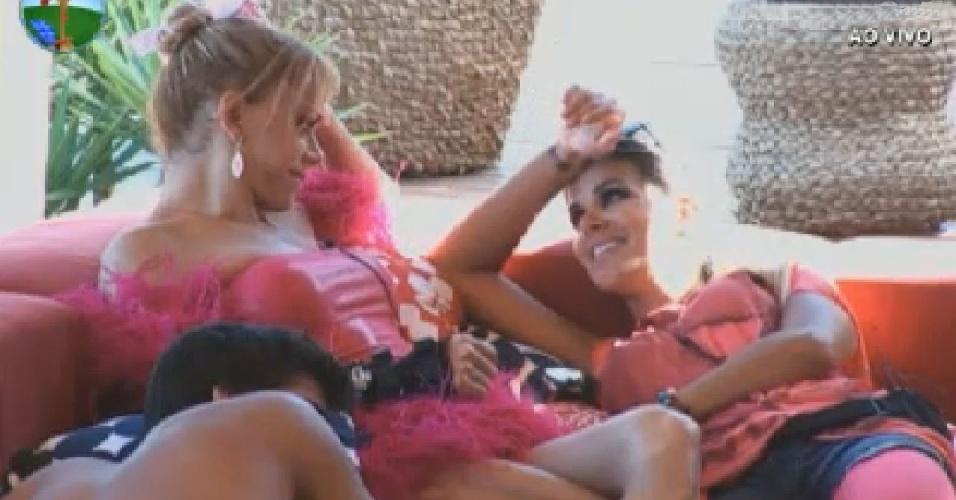Léo Áquilla e Robertha Portella conversam na varanda (4/7/12)