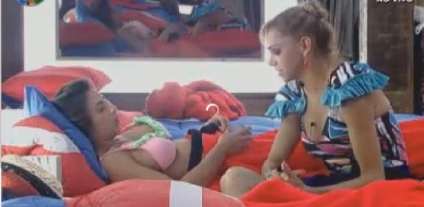 Nicole Bahls e Léo Áquilla conversam no quarto (4/7/12)
