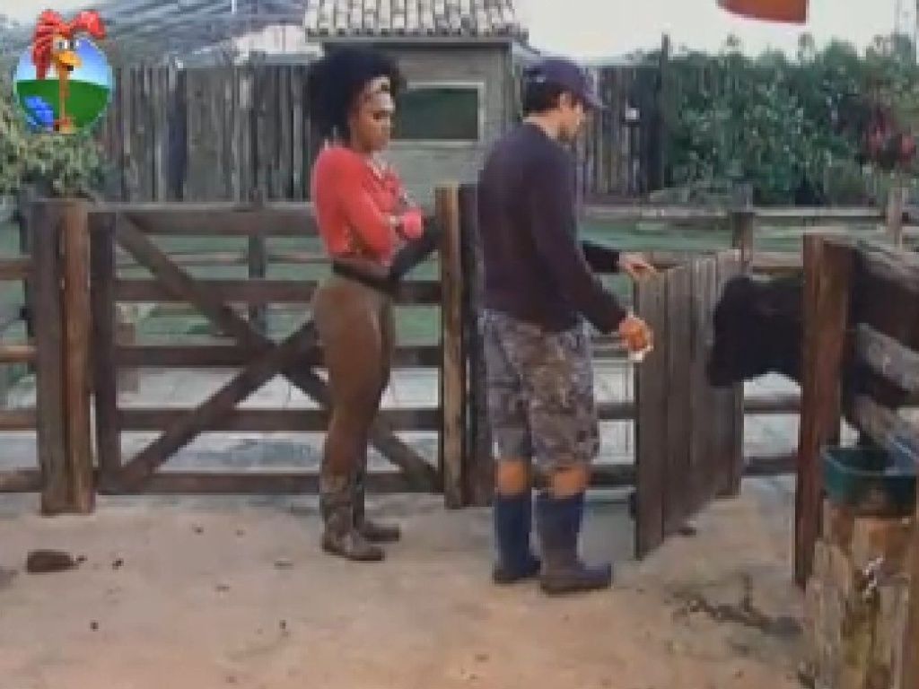 Simone Sampaio ensina Felipe Folgosi a cuidar da vaca (4/7/12)