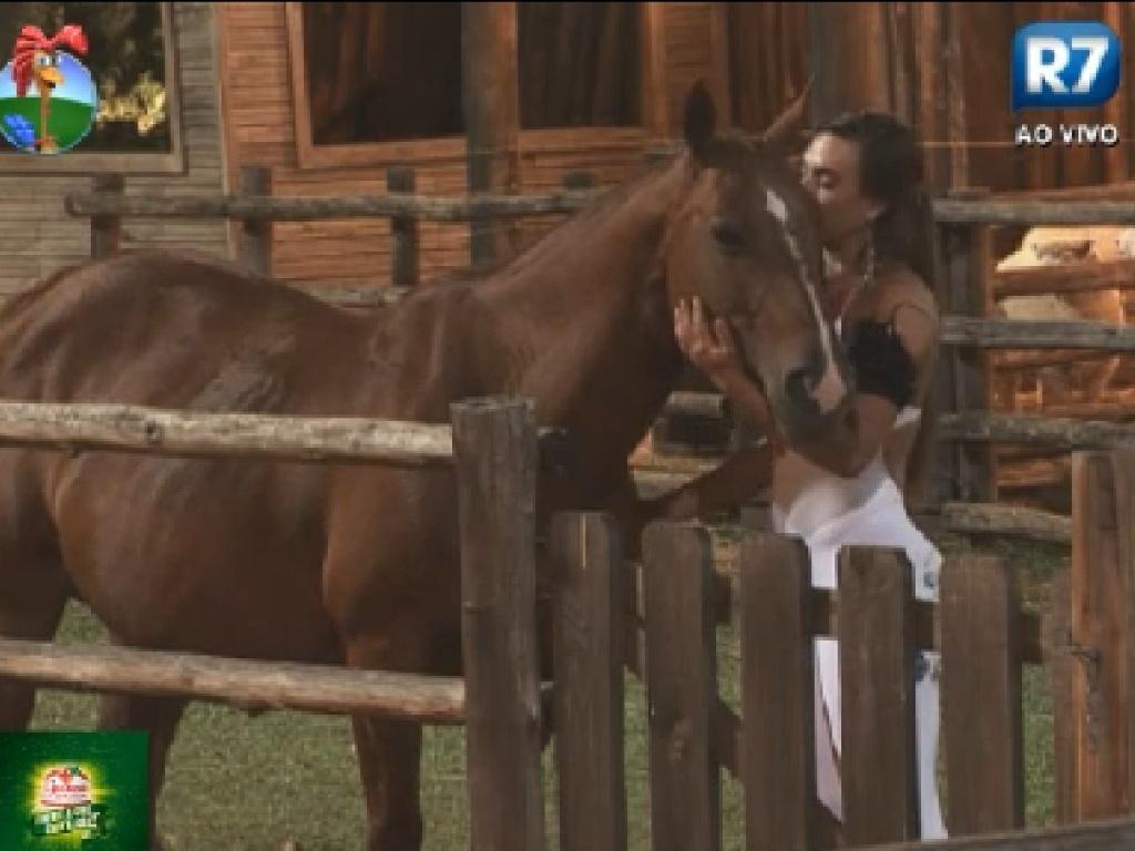 Nicole Bahls dá beijo em égua em