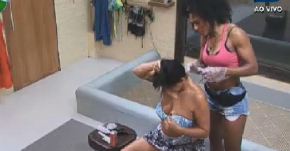 Simone Sampaio ajuda Gretchen a pintar o cabelo (5/7/12)