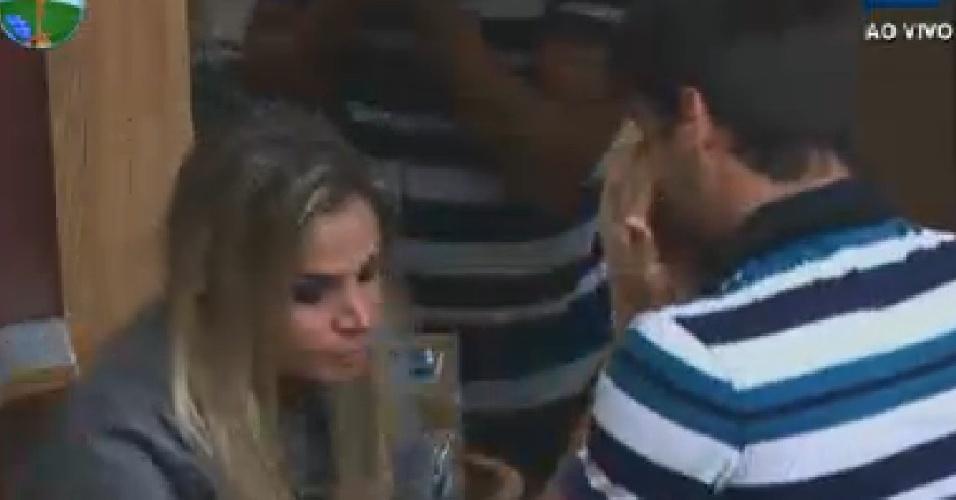 """Diego Pombo e Robertha Portella choram após saber que Rodrigo Capella saiu de """"A Fazenda 5"""" (6/7/12)"""