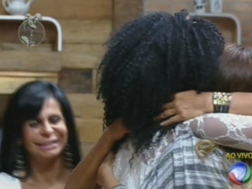 Peões comemoram volta de Simone Sampaio para o reality (6/7/12)
