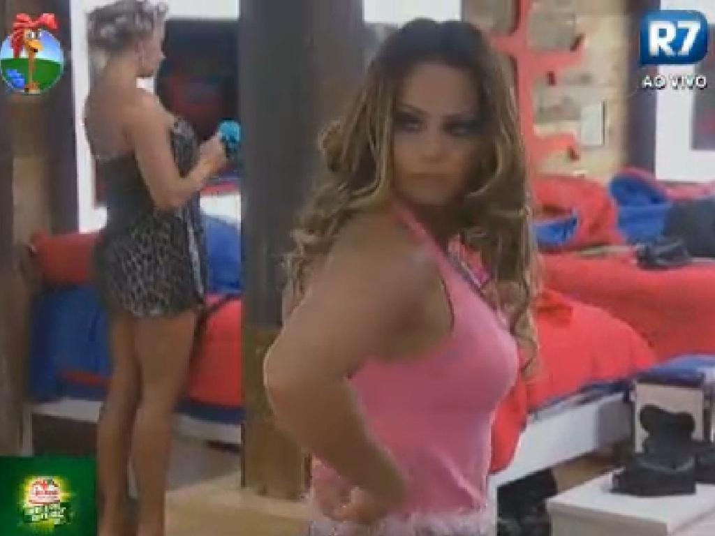 Viviane Araújo se arruma para a festa desta sexta-feira (6/7/12)