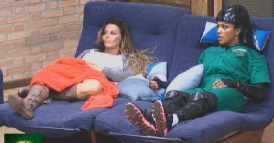 Simone Sampaio espera início da prova ao lado de Viviane Araújo, que não participou da prova (7/7/12)