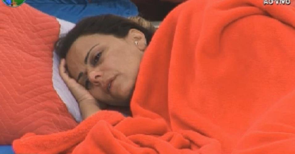 Triste com a saída de Gretchen e de ressaca por causa da bebedeira na festa, Viviane Araújo passa a manhã deitada (7/7/12)