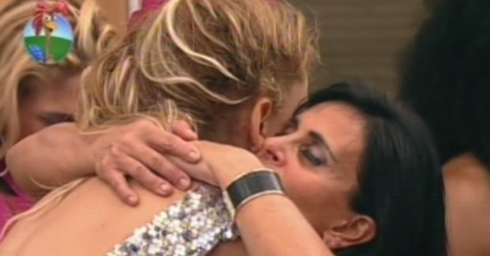 Gretchen abraça Léo Áquilla na despedida do programa (6/7/12)