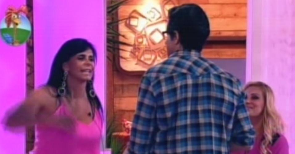 Gretchen despede-se de Felipe Folgosi antes de sair da sede da fazenda nesta sexta-feira (6)