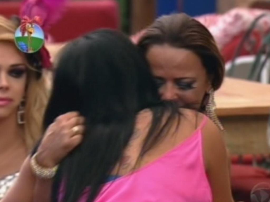 Viviane abraça Gretchen: