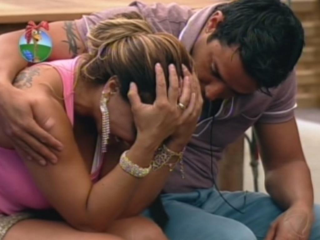 Viviane é consolada por Vavá durante a festa desta sexta-feira (6/7/12)