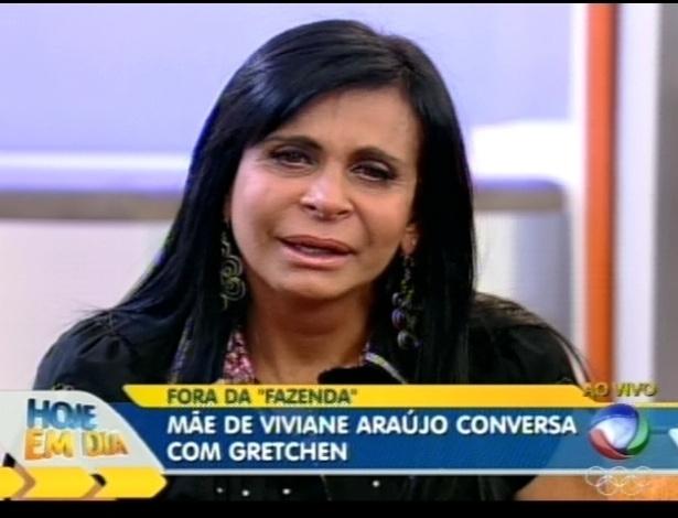 Gretchen chora ao conversar com a mãe de Viviane Araújo (9/7/12)