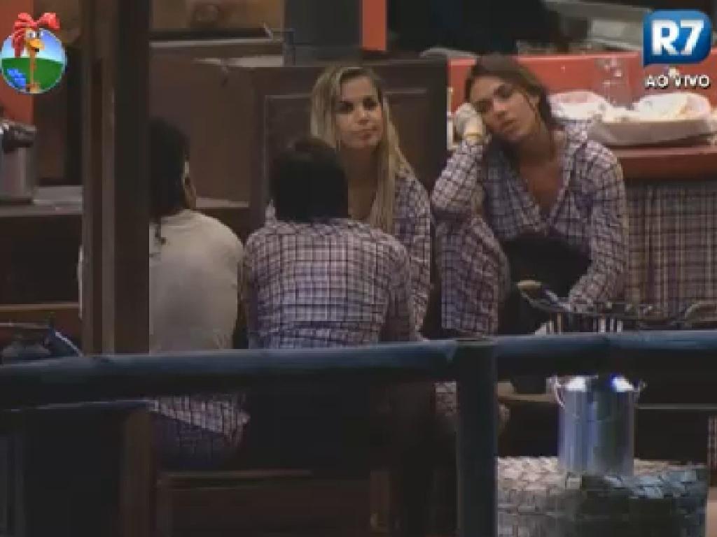 Nicole Bahls conta para coelgas de celeiro que estava pensando em engravidar antes do reality show (9/7/12)