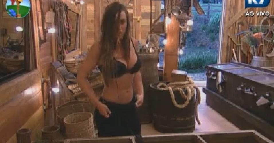 Nicole Bahls se arruma para as tarefas do dia após noite mal dormida nesta segunda-feira (9/7/12)