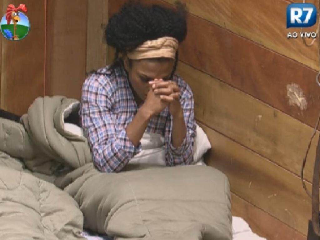 Simone Sampaio reza antes de dormir no celeiro (9/7/12)