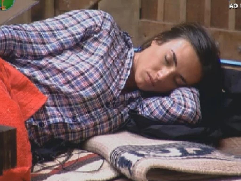 Nicole Bahls dorme no celeiro depois do almoço (10/7/12)