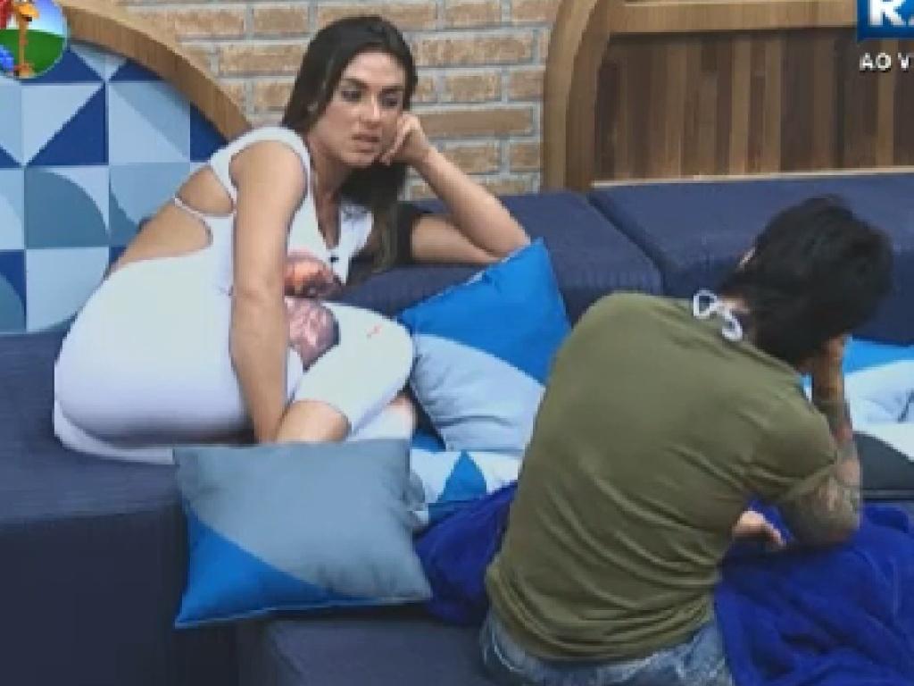 Nicole Bahls e Penélope Nova reclamam de atitudes de peões (11/7/12)